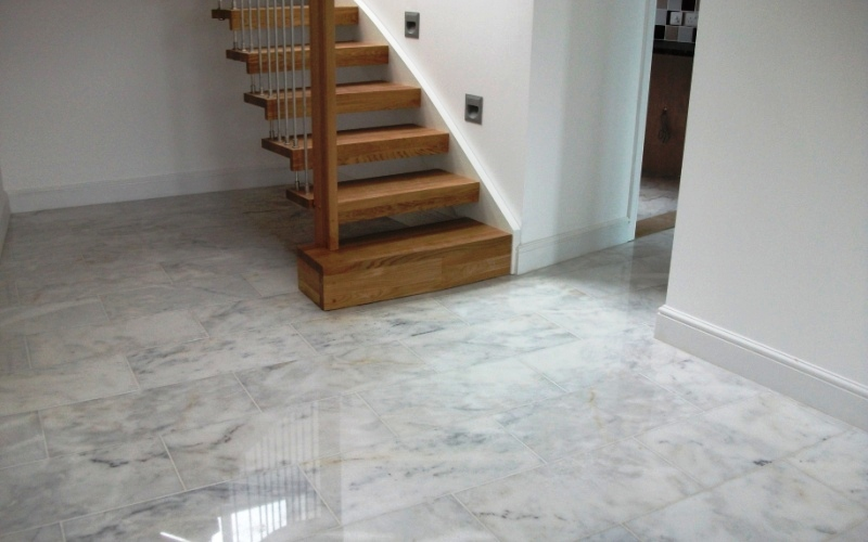 Polished marble 600x300 stone with a beautiful blue vein running though the tile. What an impression for your guest!
