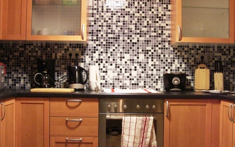A very hard to use glass tile. Not ususally used in the kitchen, but this kitchen worked great and the finish speaks for its self.